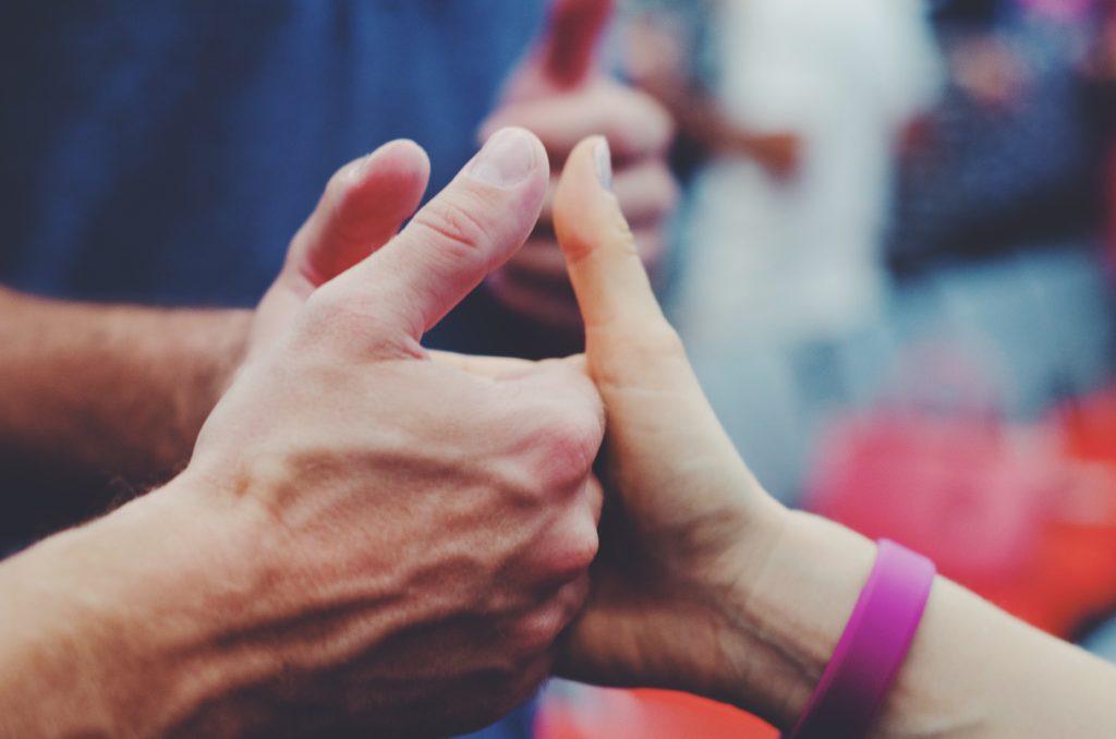 Nahaufnahme der linken Hand der Person