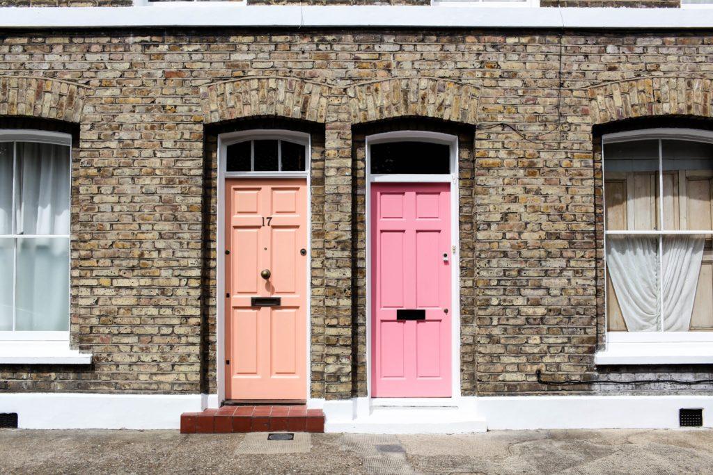 zwei Türen tagsüber gemeinsam