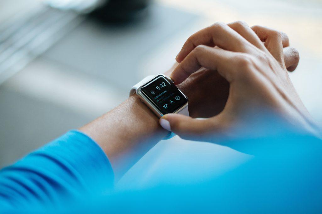 Person, die auf Apple Watch smartwatch klickt.