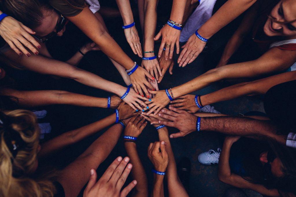 Menschengruppe, die sich zusammenschließt